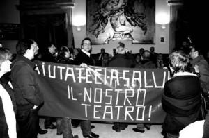 """I dipendenti occupano il Consiglio comunale: """"Aiutateci a salvare il nostro teatro!"""""""