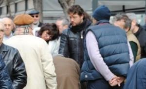 La fila al banchetto di raccolta firme a Catania